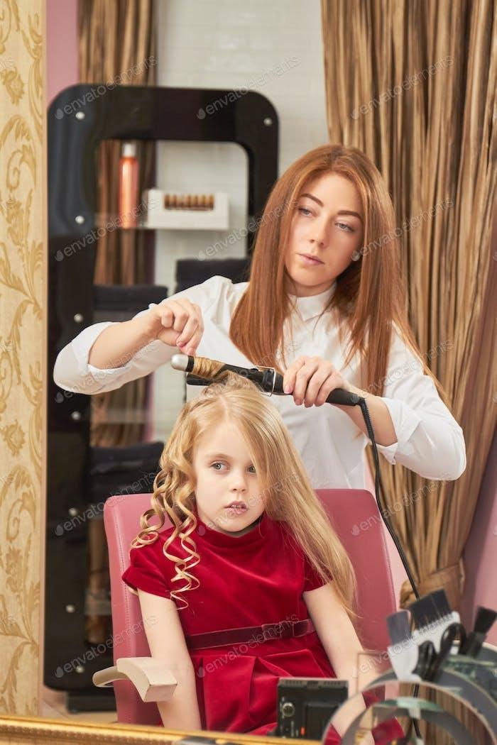Kleines Mädchen beim Friseur
