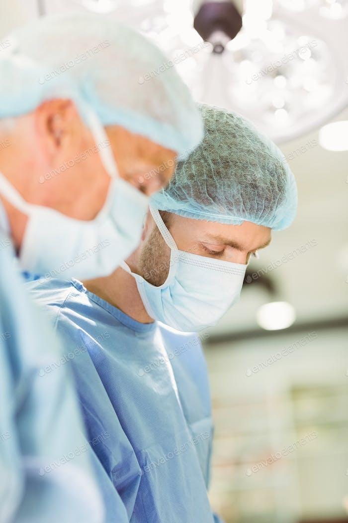 Älterer Chirurg lehrt neuen Chirurgen, wie man an der Universität operiert