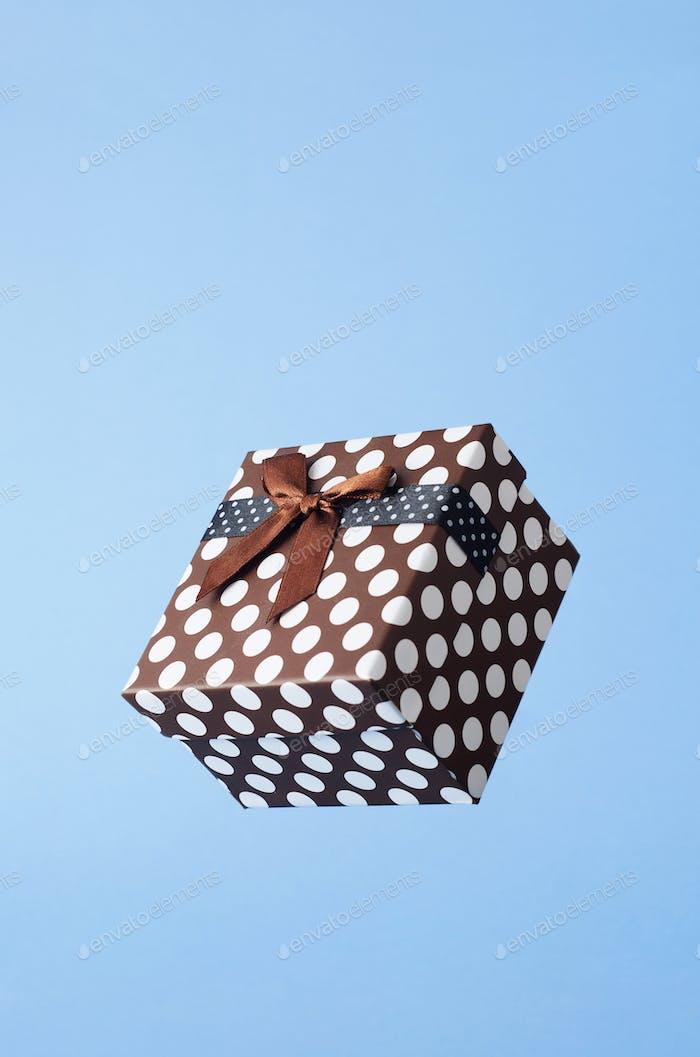 Geschenkbox mit Punkten