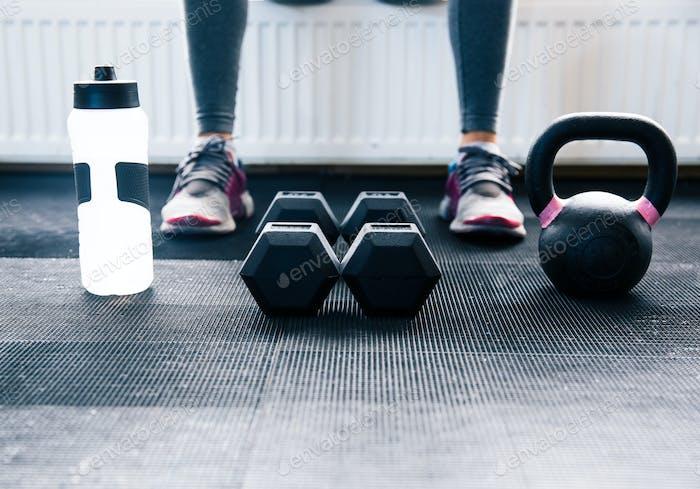 Nahaufnahme Bild einer Frau sitzt im Fitnessstudio