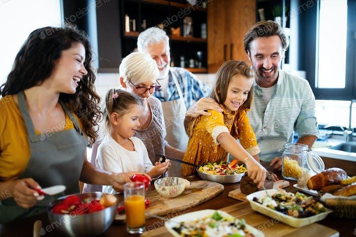 Großeltern, Eltern und Kinder verbringen glückliche Zeit in der Küche