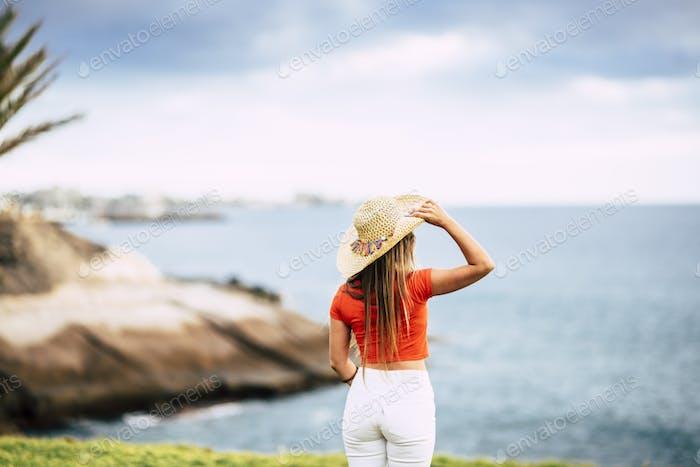 Concepto de turismo con hermosa mujer turista