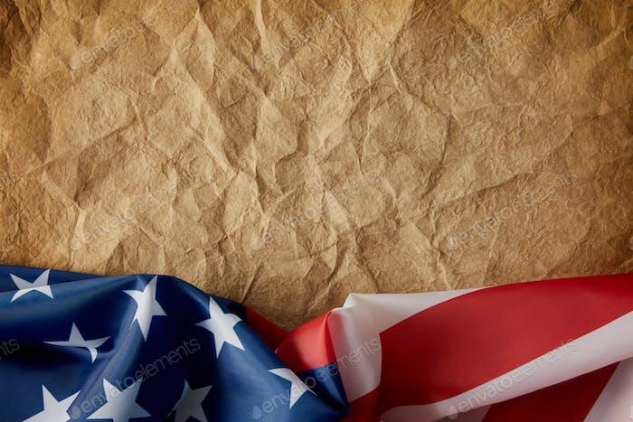 vista superior del viejo papel arrugado y bandera de los Estados Unidos