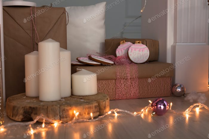 Weihnachtsdekoration mit Lebkuchenmann, Kerzen, Dwafr und Kugeln