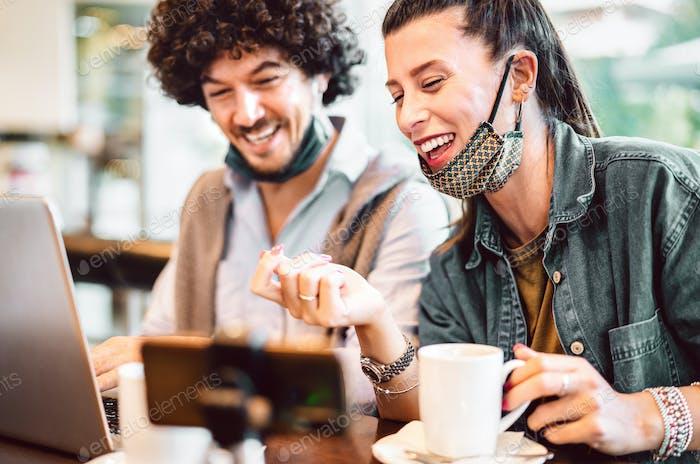 Junge mileniale Influencer teilen kreative Inhalte auf Streaming-Plattform