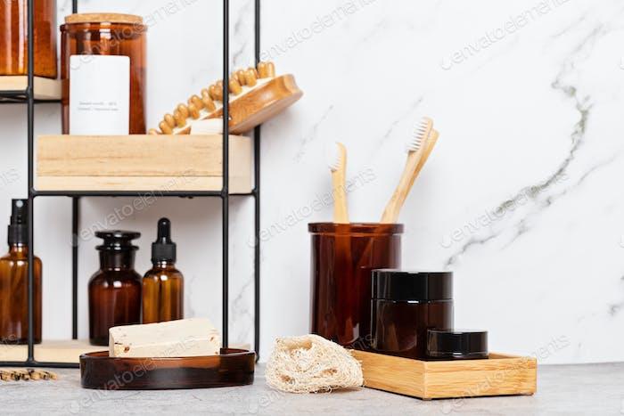 Bambus- und Glaszubehör für die Badewanne für die Körperpflege. Null Abfall, organische Badutensilien