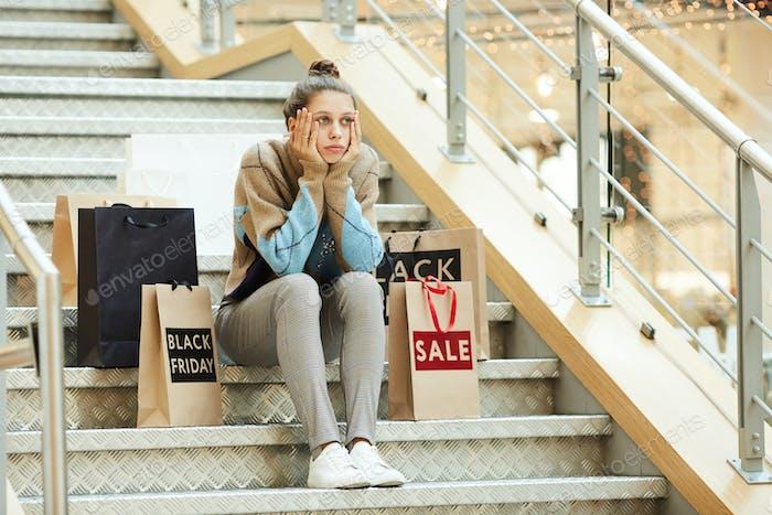 Mujer cansada después de ir de compras