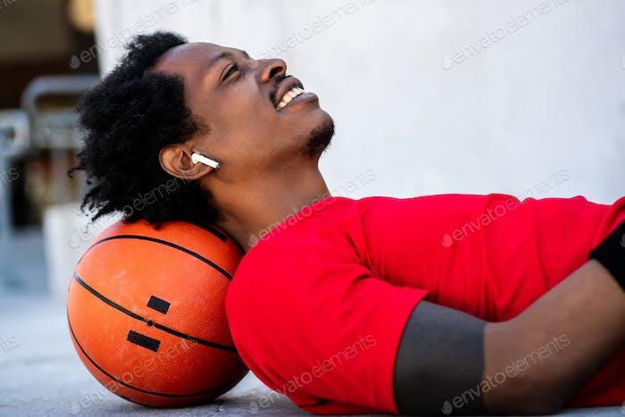 Afro-Athleten, der nach dem Training auf dem Boden liegt.