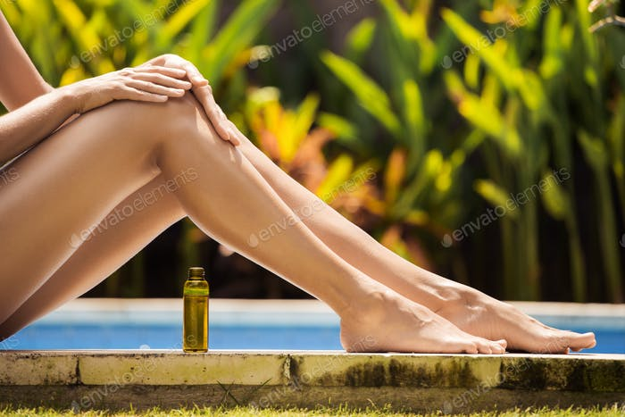Junge Slim Schöne Frau In Bikini Anwendung Öl