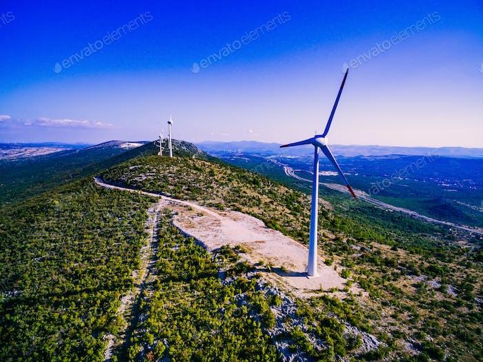 Luftaufnahme der Windmühlen in der Sommerlandschaft in Kroatien. Windkraftanlagen für elektrische Energie