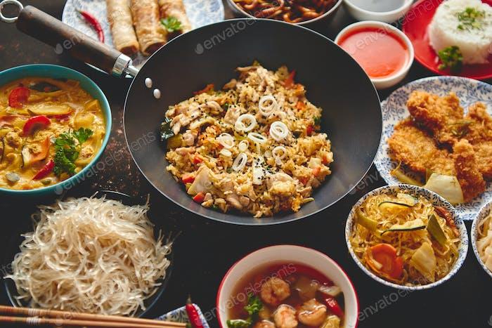 Asiatische orientalische Lebensmittelzusammensetzung in buntem Geschirr
