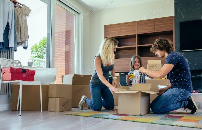 Familie bereitet bewegliche Spielzeugkiste