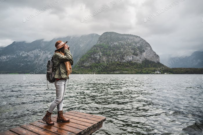 Junge Frau am Alpensee