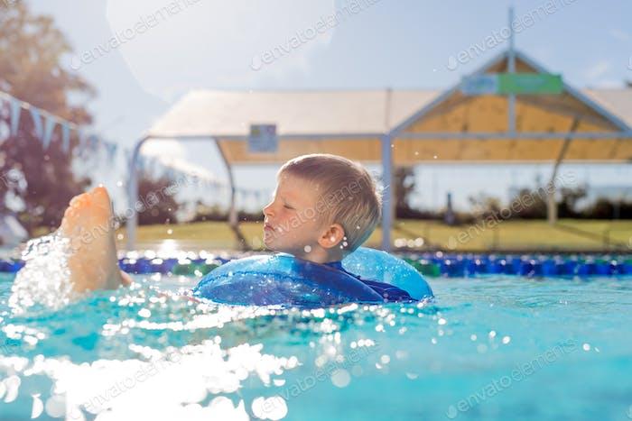 Kind im Schlauch im Schwimmbad