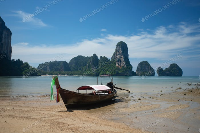 Traditionelles Longtail Boot am Tonsai Strand, Thailand.
