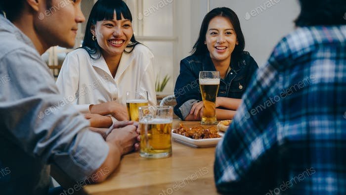 Joven amigo asiático bebiendo cerveza alcohólica y divertirse reír disfrutar de la fiesta de reunión en el club nocturno.