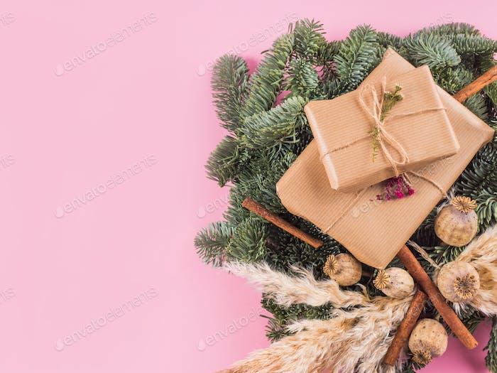 Weihnachtstannenzweige Kranz und verpackte Geschenke
