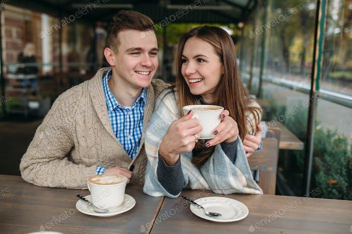 Paar sitzen am Bürgersteig Café