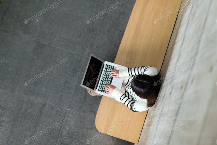 Draufsicht der Frau Gebrauch von Notebook-Computer