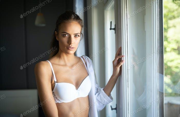 Porträt von schönen sexy junge Frau mit langen Haaren und glamourösen Gesicht in Dessous
