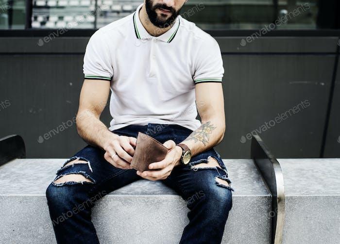 Mann sitzt Überprüfung sein Geld