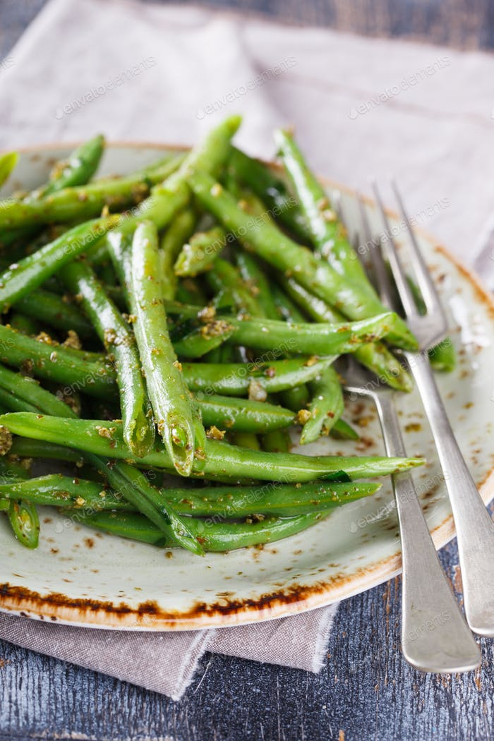Green salad green beans with pesto