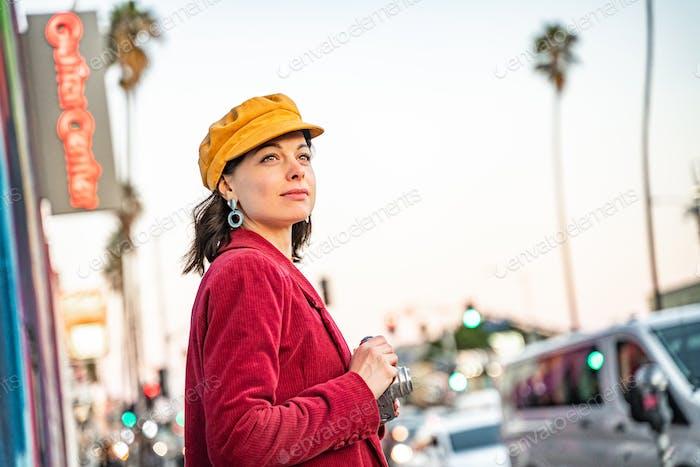 Lächelnd Mädchen mit einer Retro-Kamera in LA