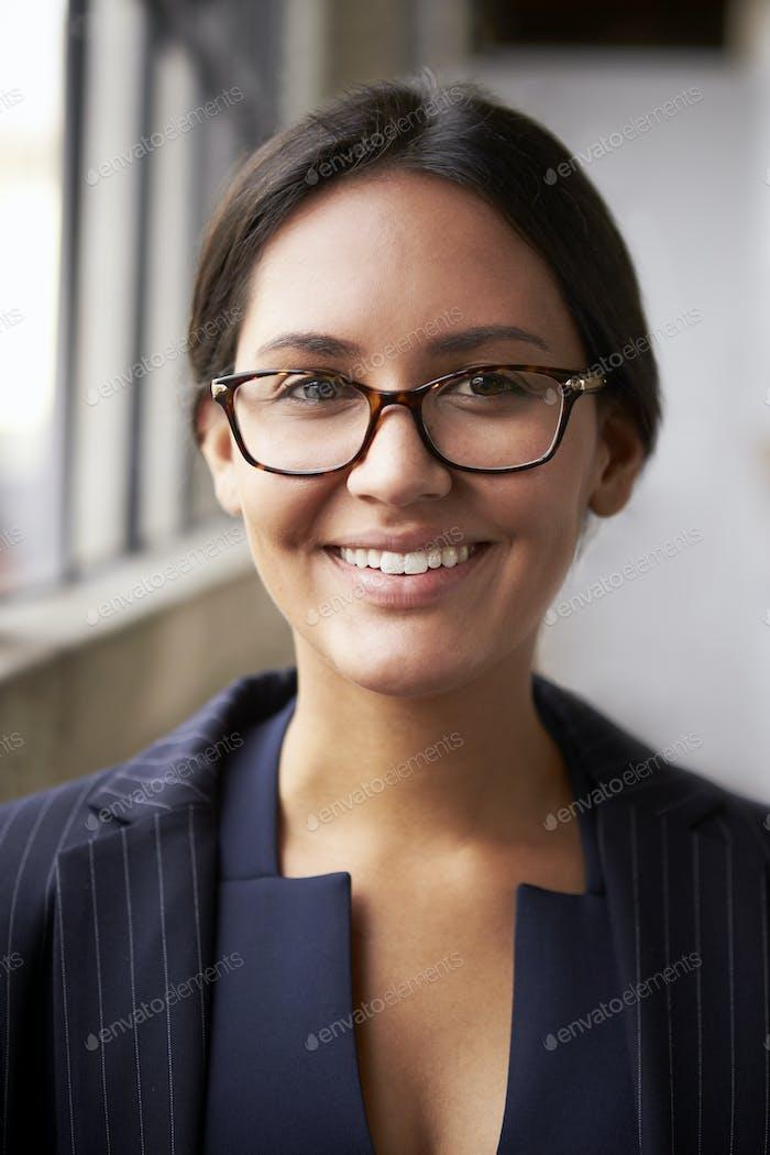 Gemischte Rennen Geschäftsfrau Brille tragen, Nahaufnahme, vertikale