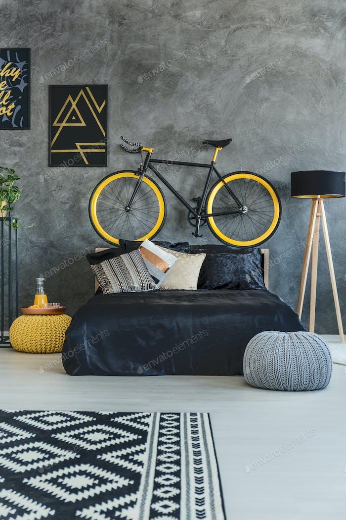 Teenager Schlafzimmer mit schwarzem Bett
