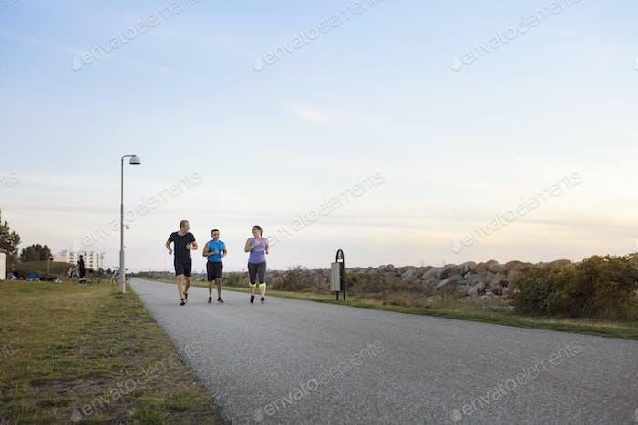 Freunde laufen auf Fußweg