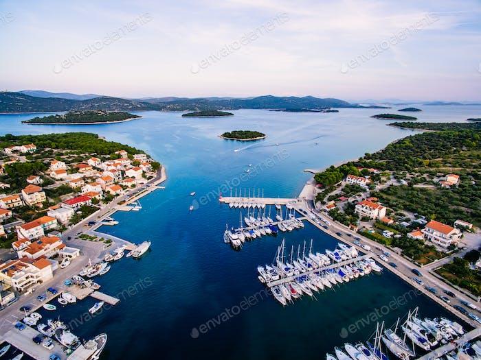 Aéreo de Zumbido del pequeño puerto deportivo con barcos y yates atracados en Croacia