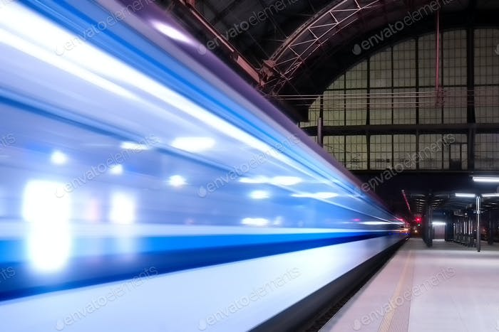 Zuggeschwindigkeit durch den Bahnhof mit verlängerter Bewegung.