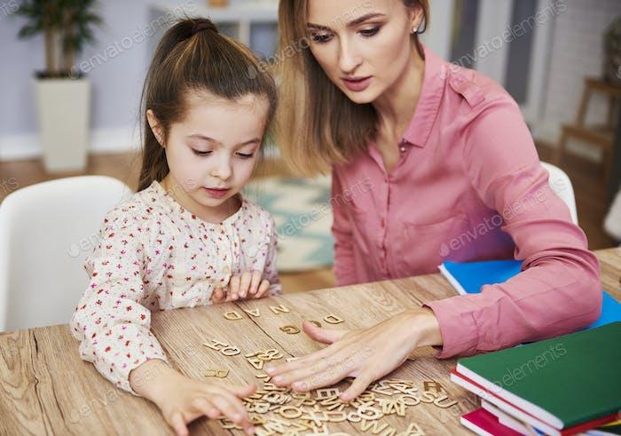 Fokussiertes Kind, das Alphabet zu lernen