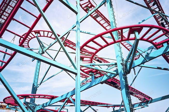 Pistes de montagnes russes dans un parc d'attractions.