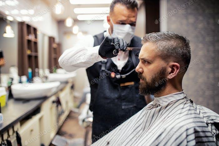 Hipster Mann Kunde Besuch haidresser und Friseur im Friseur.
