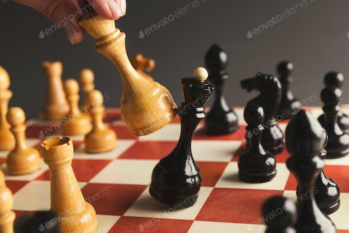 Hand des Spielers Schachbrettspiel Putting weißen Bauern