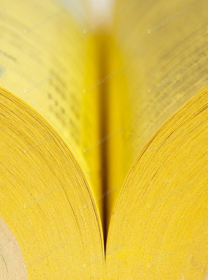 Offene gelbe Seiten Buch