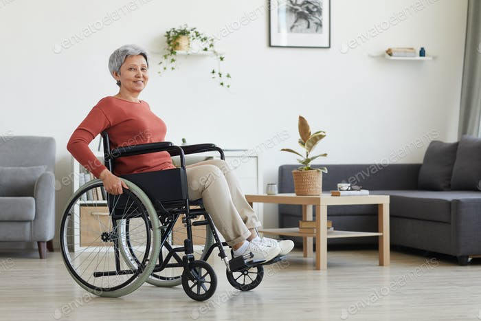 Frau sitzt im Rollstuhl
