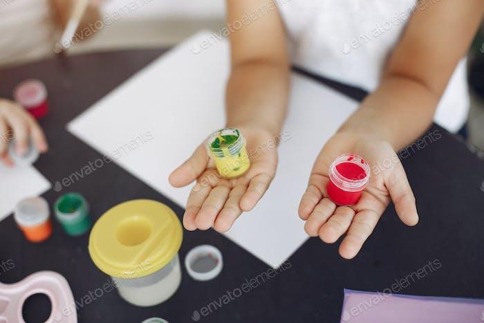Zwei kleine Mädchen sitzen in der Klasse und zeichnen