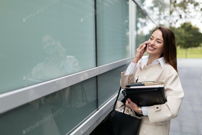 Attraktive Geschäftsfrau stehen und annehmen