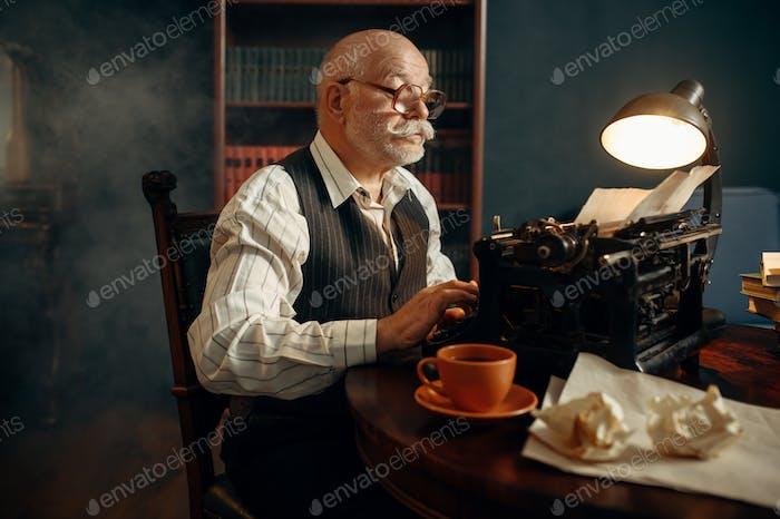 Ältere Schriftsteller arbeitet auf Vintage-Schreibmaschine
