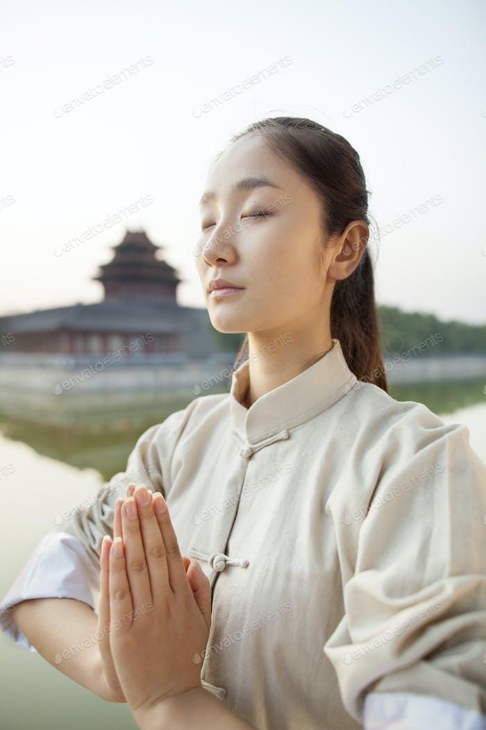 Junge Frau Üben Tai Ji