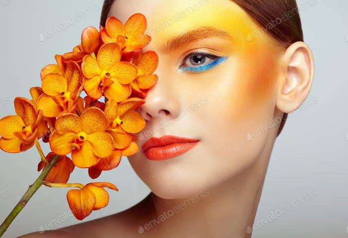 Thumbnail for Porträt von schönen jungen Frau mit Orchidee