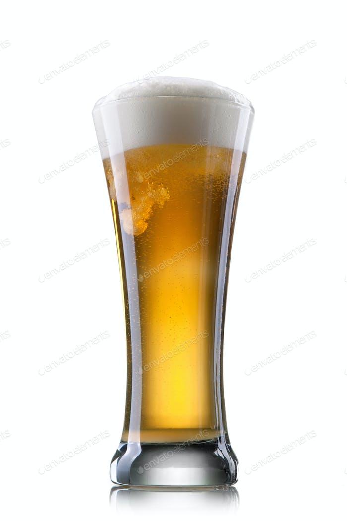 Bier in Glas isoliert auf weißem Hintergrund