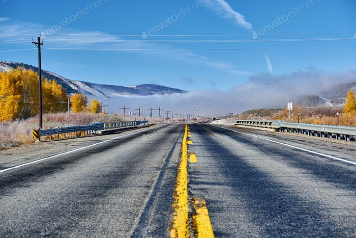 Highway im Herbst in Colorado, USA.