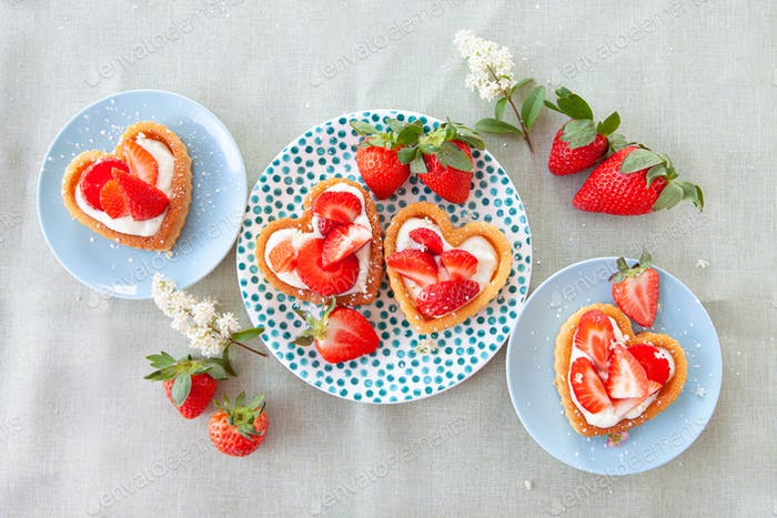 Kleine Kuchen mit Erdbeere und Sahne