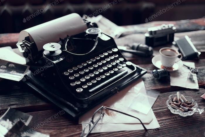 Máquina de escribir Retro en una mesa de De madera con diferentes cosas Vintage