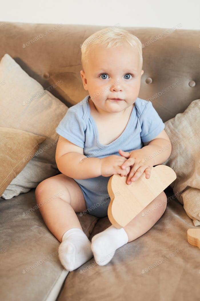 Guapo Baby Boy En Sofá