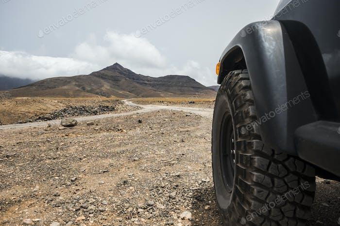 gran rueda de carretera de negro alto fuerte coche explorar el desierto