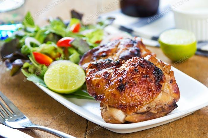 Gegrilltes Huhn mit Salat